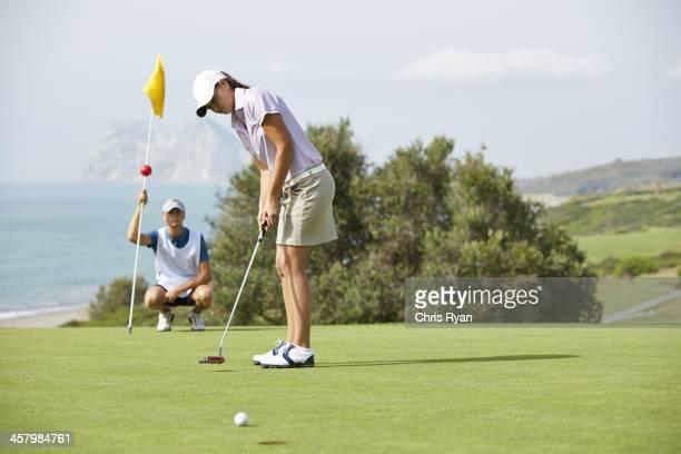 キャディー眺めに女性 amp \;;パットゴルフコース