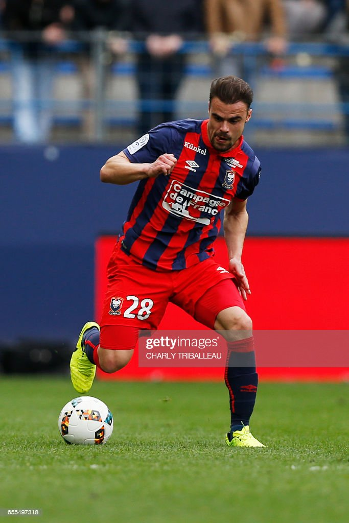 Caen's French defender Damien Da Silva controls the ball during the French L1 football match between Caen (SMC) and Monaco (AS) on March 19, 2017 at the Michel d'Ornano stadium in Caen, northwestern France. /