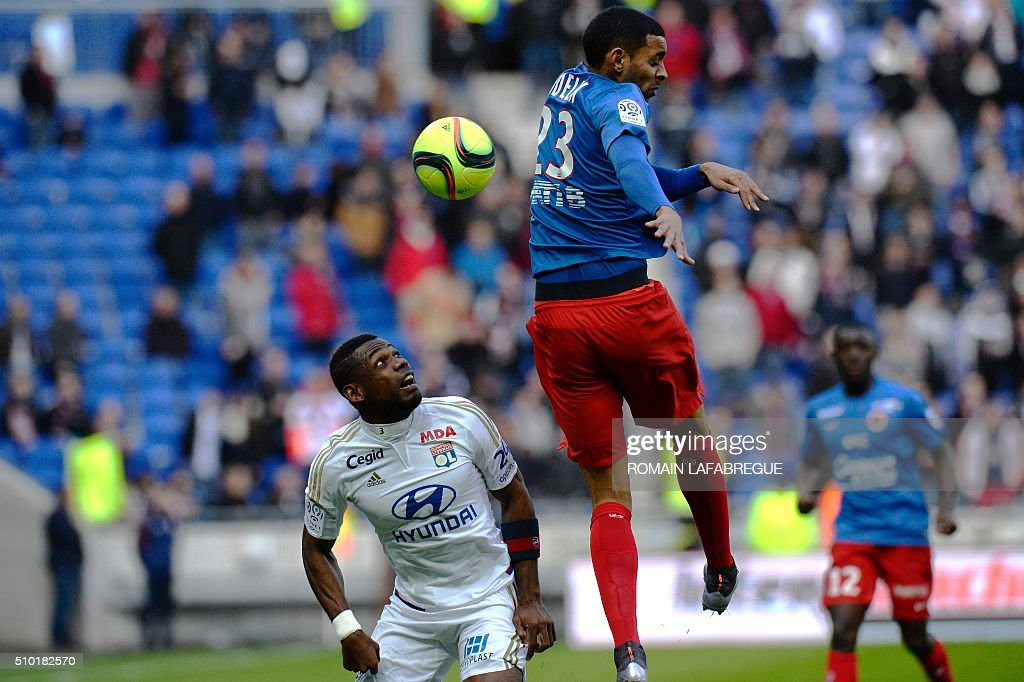 Caens French forward Sylvio Rodelin (R) vies with Lyon's Cameroonian defender Henri Bedimo (L) during the French L1 football match between Olympique Lyonnais (OL) and Stade Malherbe Caen (SMC) on February 14, 2016 at the Parc Olympique Lyonnais stadium in Decines-Charpieu, central-eastern France. / AFP / ROMAIN LAFABREGUE