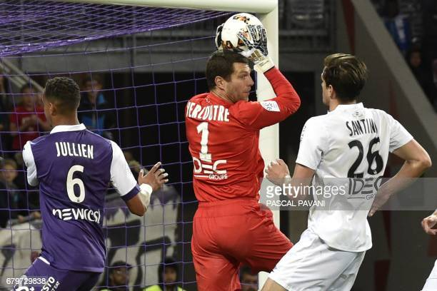 Caen's French goalkeeper Remy Vercoutre and Caen's Croatian forward Ivan Santini vies with Toulouse's French defender Christopher Jullien during the...