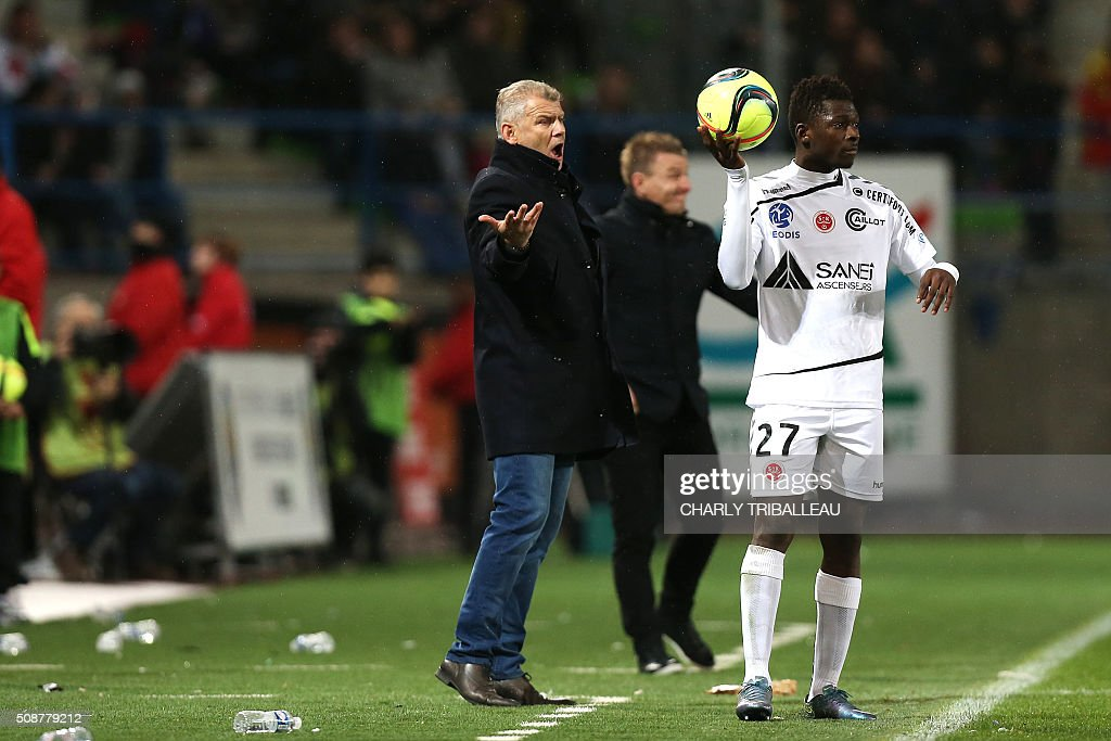 Caen's French head coach Patrice Garande (L) reacts during the French L1 football match between Caen (SM Caen) and Reims (SD Reims), on February 6, 2016 at the Michel d'Ornano stadium, in Caen, northwestern France. AFP PHOTO / CHARLY TRIBALLEAU / AFP / CHARLY TRIBALLEAU