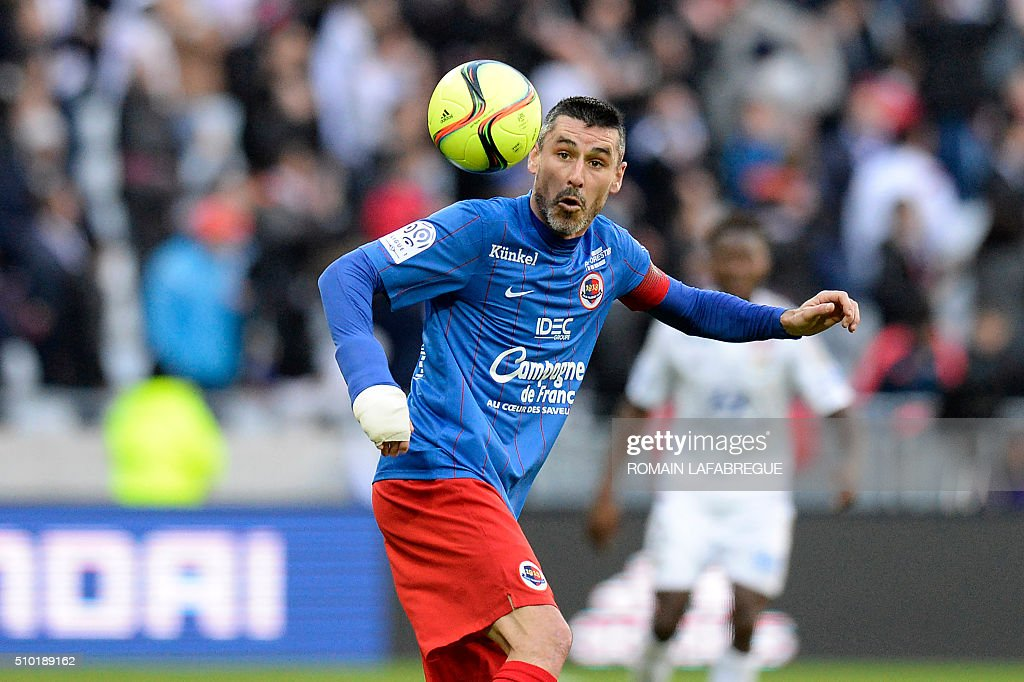 Caens French midfielder Julien Feret eyes the ball during the French L1 football match between Olympique Lyonnais (OL) and Stade Malherbe Caen (SMC) at the Parc de l'Olympique Lyonnais in Decines-Charpieu, central eastern France, on February 14, 2016. / AFP / ROMAIN LAFABREGUE