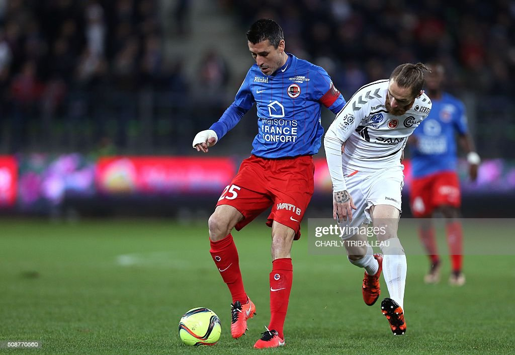 Caen's French midfielder Julien Feret (L) vies with Reims' French midfielder Antoine Devaux during the French L1 football match between Caen (SM Caen) and Reims (SD Reims), on February 6, 2016 at the Michel d'Ornano stadium, in Caen, northwestern France. AFP PHOTO / CHARLY TRIBALLEAU / AFP / CHARLY TRIBALLEAU