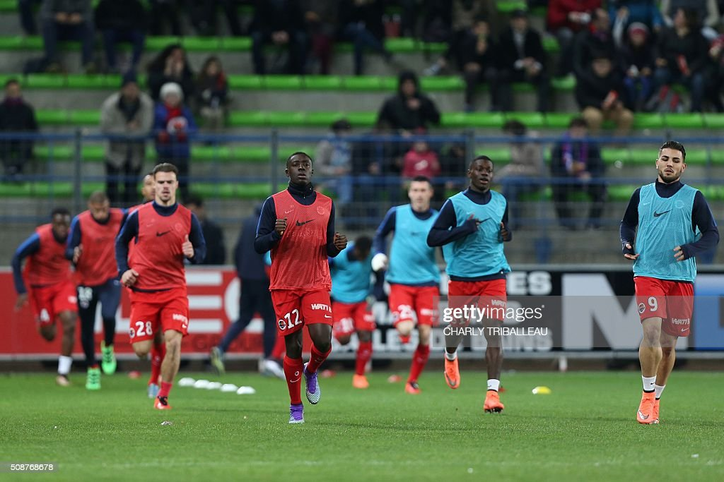 Caen's players warm up before the French L1 football match between Caen (SM Caen) and Reims (SD Reims), on February 6, 2016 at the Michel d'Ornano stadium, in Caen, northwestern France. AFP PHOTO / CHARLY TRIBALLEAU / AFP / CHARLY TRIBALLEAU