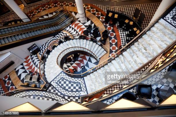 café bar avec un élégant escalier en spirale