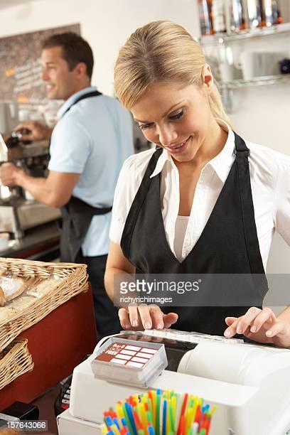 Caffetteria che serve caffè personale In negozio