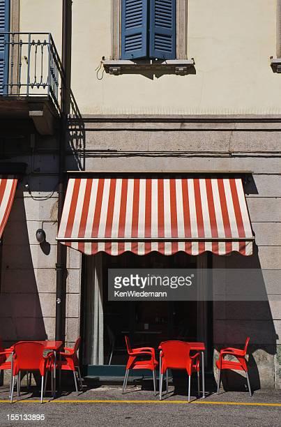 Cafe debajo del toldo rojo