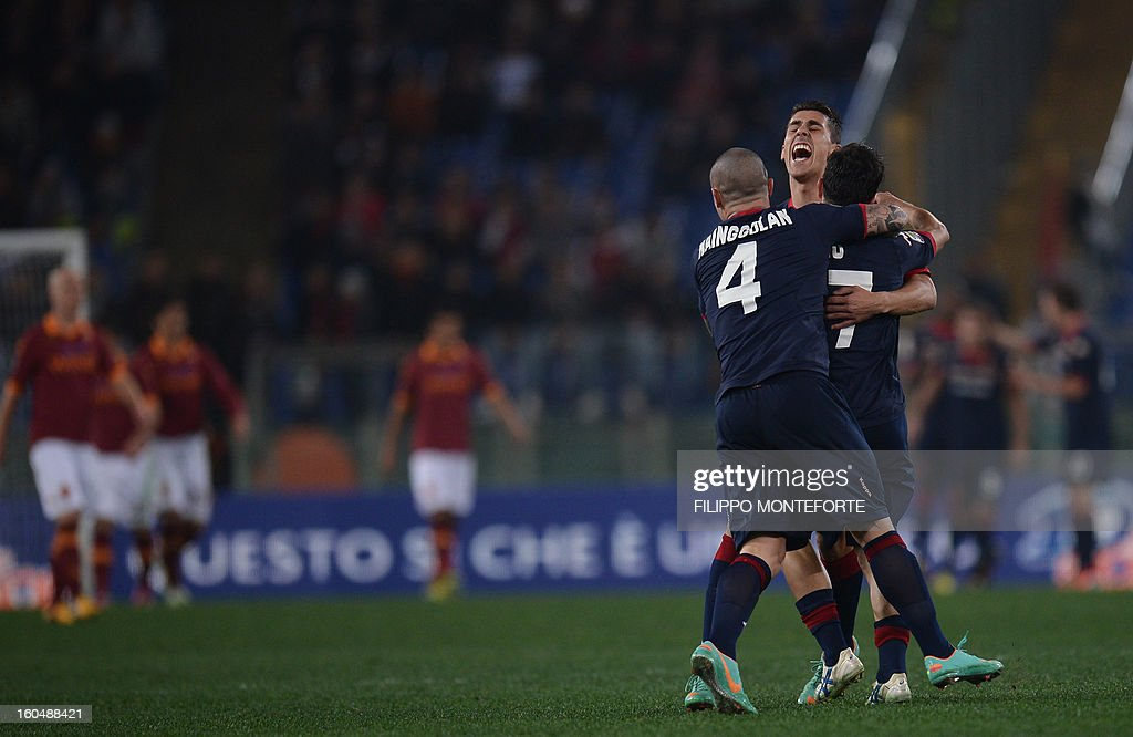 Cagliari's forward Marco Sau celebrates with teamates after scoring against AS Roma during the Serie A football match AS Roma vs Cagliari in Rome's Olympic Stadium on Febuary 1, 2013. AFP PHOTO / FILIPPO MONTEFORTE