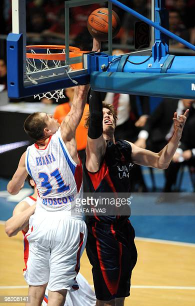 Caja Laboral's Tiago Splitter vies with CSKA's Viktor Khryapa during their fourth Euroleague playoff match on April 1 at Fernando Buesa Arena in...