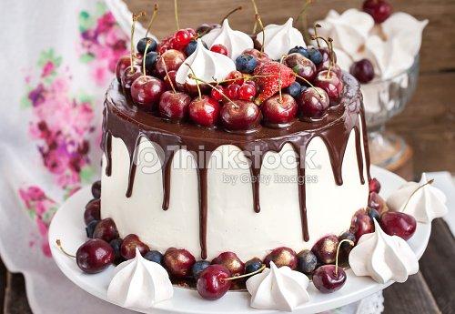 G Teau D Cor De Chocolat Meringues Et Des Fruits Rouges Frais Photo Thinkstock