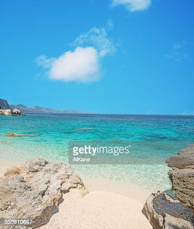 Cala Mariolu shoreline : Foto de stock