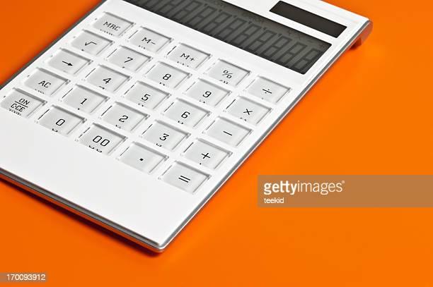 Rechner isoliert auf Orange Hintergrund
