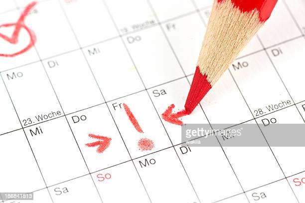 calender - Ausrufezeichen bei Termin am Freitag mit rotem Stift
