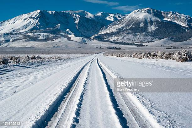 USA, California, Eastern Sierra, Tyre track on snow