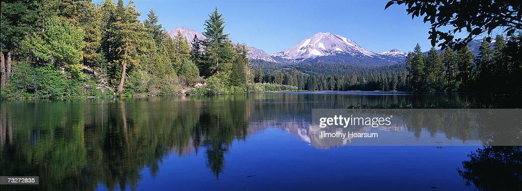 'USA, California, Manzanita Lake, Lassen Volcanic National Park, lake surrounded by forest' : Stock Photo