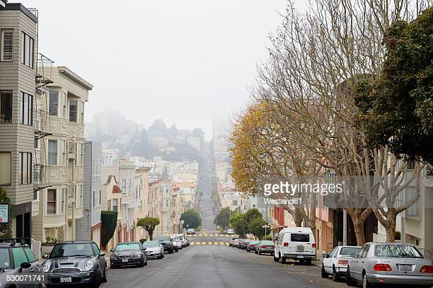 USA, California, San Francisco, houses and parked cars along Chestnut Street