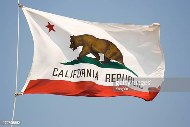 Agitant le drapeau de l'État de Californie, d'étoiles et bannière avec ours