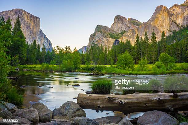 USA, California, Valley view at Yosemite National Park with El Capitan and Bridalveil Falls behind Merced River