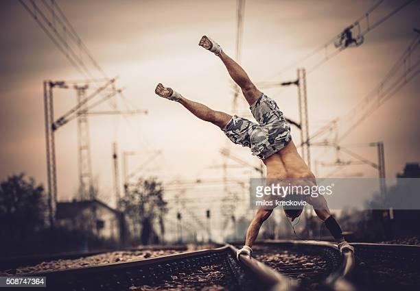 Gymnastik auf Eisenbahnschienen.