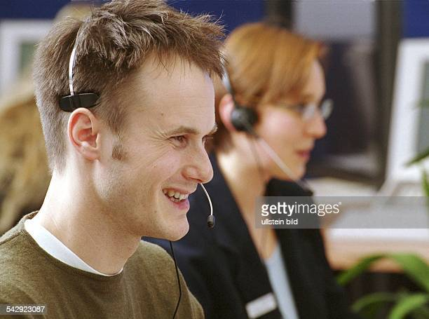 Call Center Agent mit Headset in einem Call Center Deutsche Bank 24