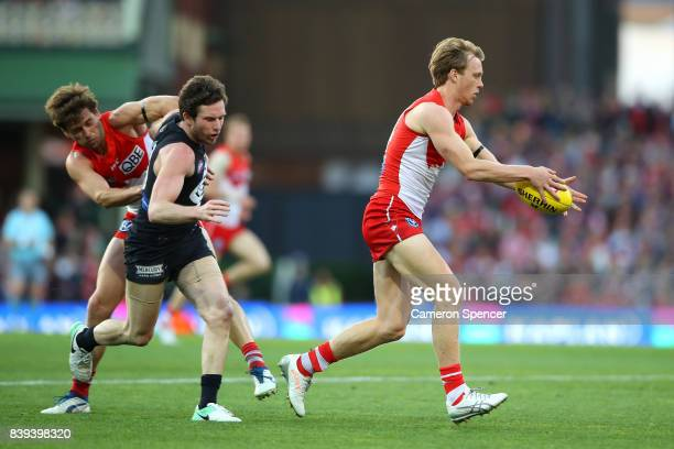 Callum Mills of the Swans runs the ball during the round 23 AFL match between the Sydney Swans and the Carlton Blues at Sydney Cricket Ground on...