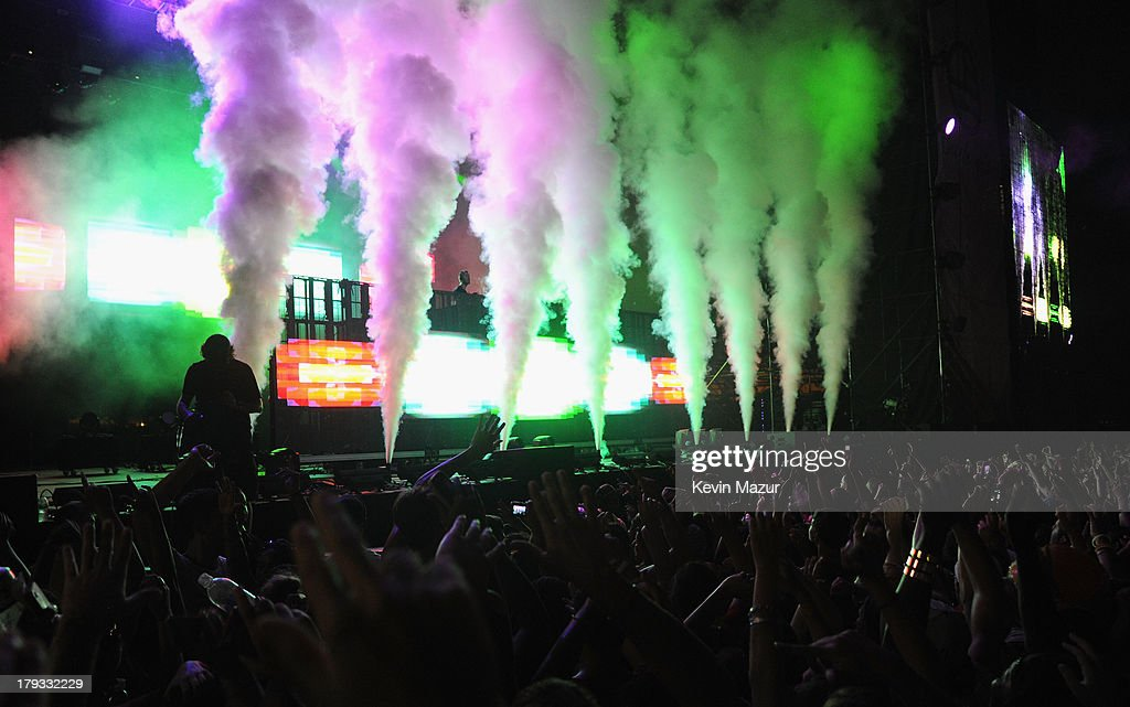 <a gi-track='captionPersonalityLinkClicked' href=/galleries/search?phrase=Calvin+Harris&family=editorial&specificpeople=4412722 ng-click='$event.stopPropagation()'>Calvin Harris</a> performs during the 2013 Budweiser Made In America Festival at Benjamin Franklin Parkway on September 1, 2013 in Philadelphia, Pennsylvania.