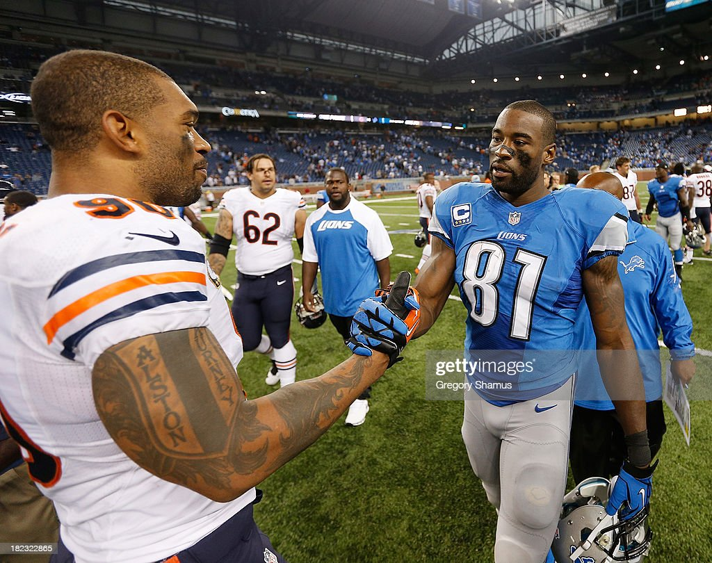 <a gi-track='captionPersonalityLinkClicked' href=/galleries/search?phrase=Calvin+Johnson+-+American+Football+Player&family=editorial&specificpeople=2253942 ng-click='$event.stopPropagation()'>Calvin Johnson</a> #81 of the Detroit Lions shakes hands with <a gi-track='captionPersonalityLinkClicked' href=/galleries/search?phrase=Julius+Peppers&family=editorial&specificpeople=213146 ng-click='$event.stopPropagation()'>Julius Peppers</a> #90 of the Chicago Bears after the Lions defeated the Bears 40-32 at Ford Field on September 29, 2013 in Detroit, Michigan.