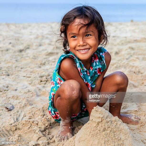 Kambodschanische Mädchen spielen am Strand, Kambodscha