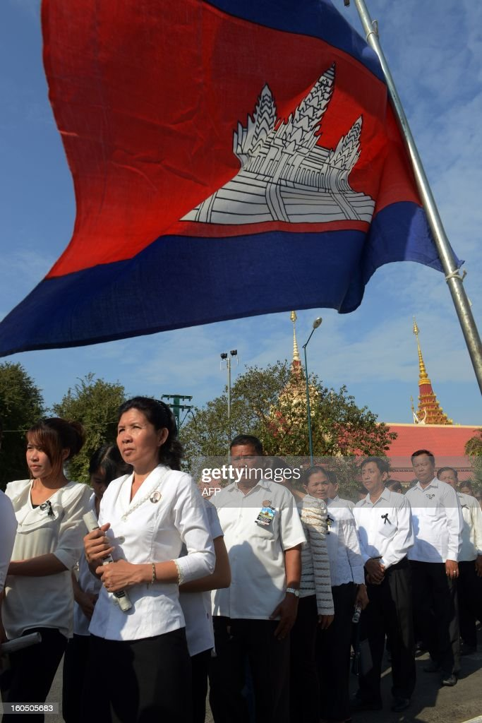 Cambodian people line up to pray for the late former King Norodom Sihanouk at the cremation site near the Royal Palace in Phnom Penh on February 2, 2013. A sea of mourners filled the streets of the Cambodian capital on February 1, for a lavish funeral for revered former king Norodom Sihanouk, who towered over six tumultuous decades in his nation's history. AFP PHOTO/TANG CHHIN SOTHY