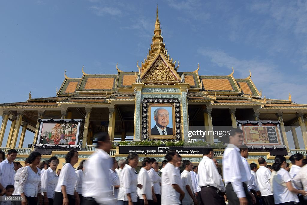 Cambodian people line up to pray for the late former King Norodom Sihanouk in front of the Royal Palace in Phnom Penh on February 2, 2013. A sea of mourners filled the streets of the Cambodian capital on February 1, for a lavish funeral for revered former king Norodom Sihanouk, who towered over six tumultuous decades in his nation's history. AFP PHOTO/TANG CHHIN SOTHY