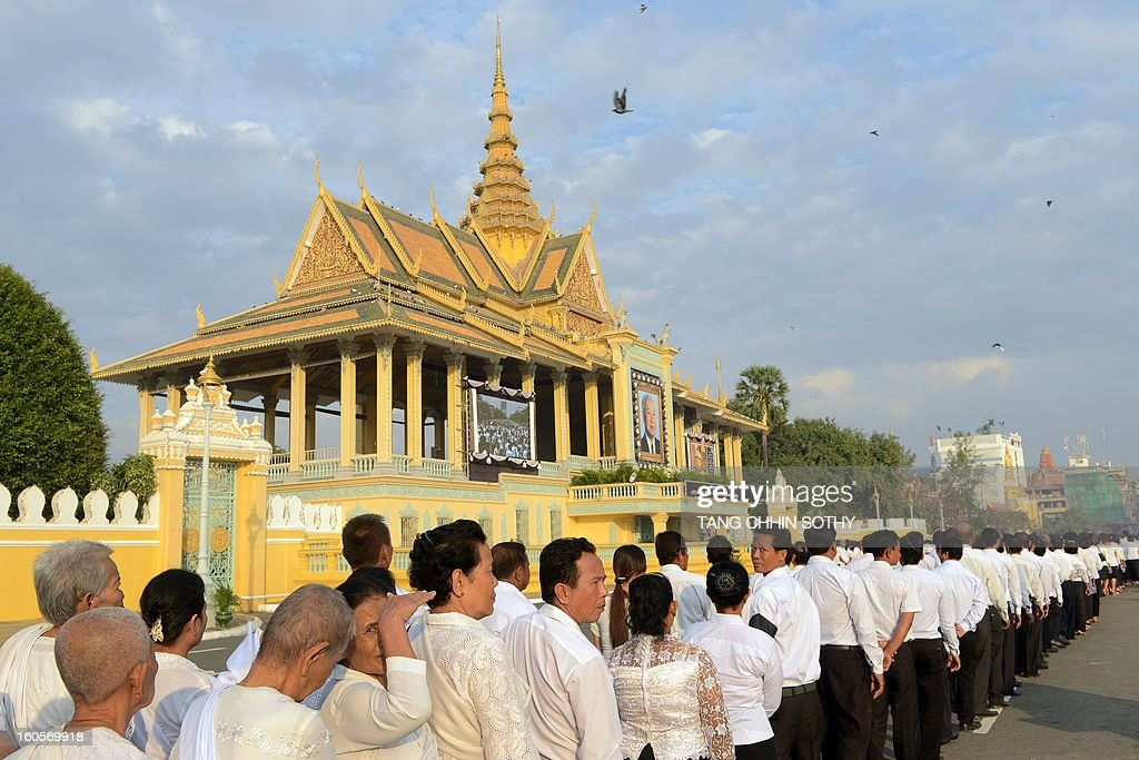 Cambodian people queue up to pay their respects to the late former king Norodom Sihanouk in front of the Royal Palace in Phnom Penh on February 3, 2013. Thousands of Cambodians have paid their last respects to their beloved former king Norodom Sihanouk as his body lay in state ahead of his cremation on February 4. AFP PHOTO / TANG CHHIN SOTHY