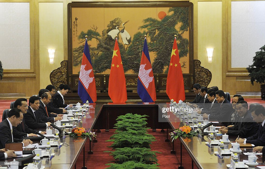 Cambodian Prime Minister <a gi-track='captionPersonalityLinkClicked' href=/galleries/search?phrase=Hun+Sen&family=editorial&specificpeople=224084 ng-click='$event.stopPropagation()'>Hun Sen</a> (2L) talks with Chinese Premier <a gi-track='captionPersonalityLinkClicked' href=/galleries/search?phrase=Li+Keqiang&family=editorial&specificpeople=2481781 ng-click='$event.stopPropagation()'>Li Keqiang</a> (2R) at Great Hall of the People in Beijing on April 8, 2013 in China.