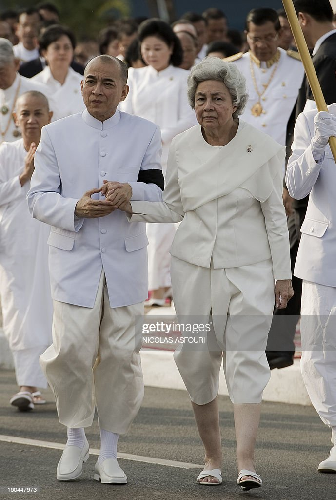 Cambodian Sihanouk's widow Queen Monique (R) and King Norodom Sihamoni (L) walk during a funeral procession of the late former King Norodom Sihanouk in front of the Royal Palace in Phnom Penh on February 1, 2013. Sihanouk, who abdicated in 2004 after steering Cambodia through six decades marked by independence from France, civil war, the murderous Khmer Rouge regime and finally peace, died of a heart attack in Beijing on October 15, 2012 and will be cremated on February 4. AFP PHOTO / Nicolas ASFOURI