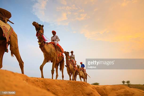 Conducteurs de chameau dans le désert