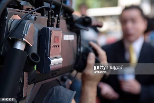 Cameraman le riprese di un giornalista