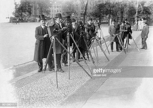 Cameramen waiting in front of the Berlin City Palace 1906