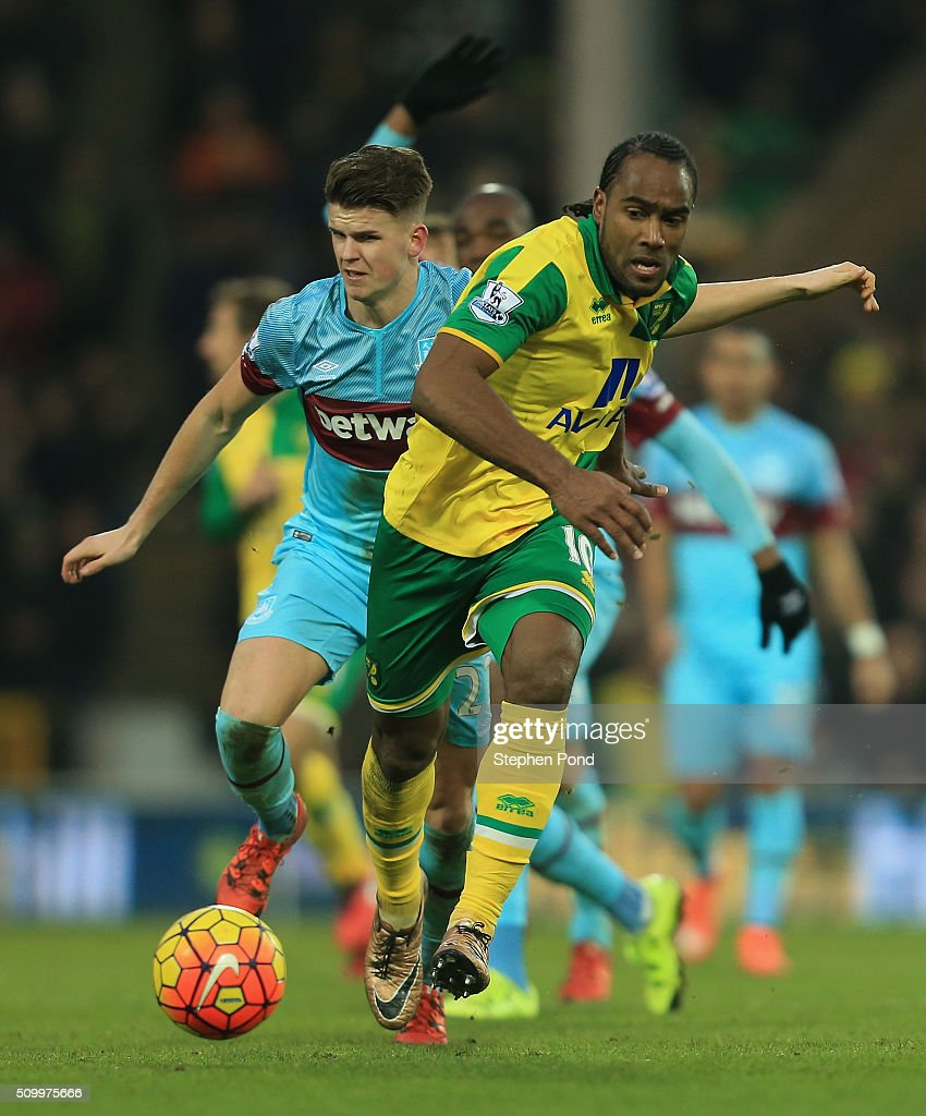 <a gi-track='captionPersonalityLinkClicked' href=/galleries/search?phrase=Cameron+Jerome&family=editorial&specificpeople=815275 ng-click='$event.stopPropagation()'>Cameron Jerome</a> of Norwich City and <a gi-track='captionPersonalityLinkClicked' href=/galleries/search?phrase=Aaron+Cresswell&family=editorial&specificpeople=6175637 ng-click='$event.stopPropagation()'>Aaron Cresswell</a> of West Ham United compete for the ball during the Barclays Premier League match between Norwich City and West Ham United at Carrow Road on February 13, 2016 in Norwich, England.