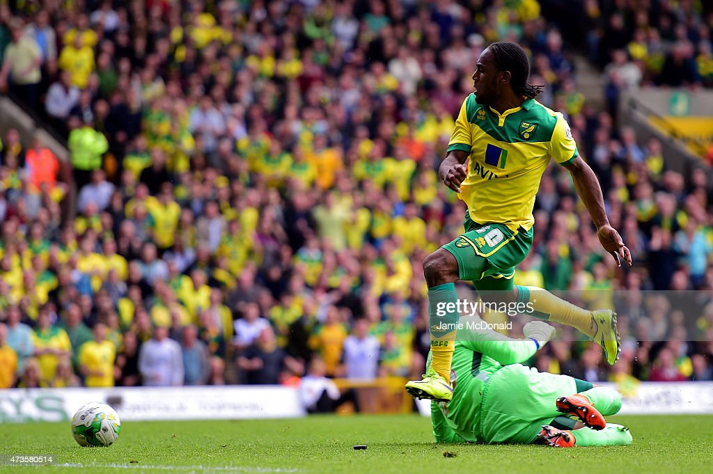 <a gi-track='captionPersonalityLinkClicked' href=/galleries/search?phrase=Cameron+Jerome&family=editorial&specificpeople=815275 ng-click='$event.stopPropagation()'>Cameron Jerome</a> of Norwich City scores their third goal past goalkeeper Bartosz Bialkowski of Ipswich Town during the Sky Bet Championship Playoff semi final second leg match between Norwich City and Ipswich Town at Carrow Road on May 16, 2015 in Norwich, England.