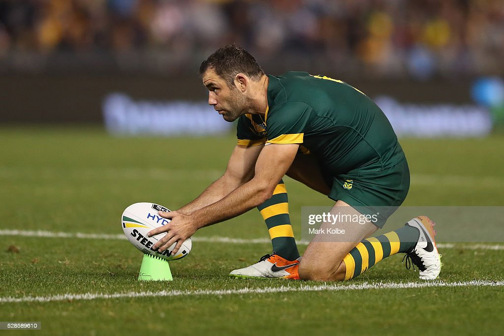 <a gi-track='captionPersonalityLinkClicked' href=/galleries/search?phrase=Cameron+Smith+-+Jogador+de+Rugby+League&family=editorial&specificpeople=453295 ng-click='$event.stopPropagation()'>Cameron Smith</a> of the Kangaroos shapes to kick during the International Rugby League Trans Tasman Test match between the Australian Kangaroos and the New Zealand Kiwis at Hunter Stadium on May 6, 2016 in Newcastle, Australia.