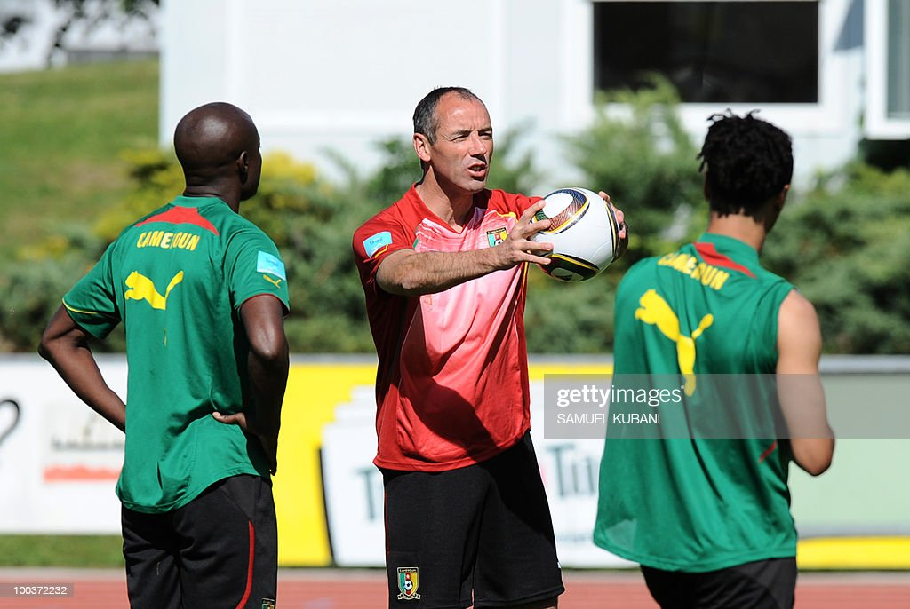 Cameroon national football team trainer Paul Le Guen of France (C) talks to his players during their practice session at their training camp in Lienz in Austria on May 24, 2010 prior to the FIFA World Cup 2010 in South Africa.