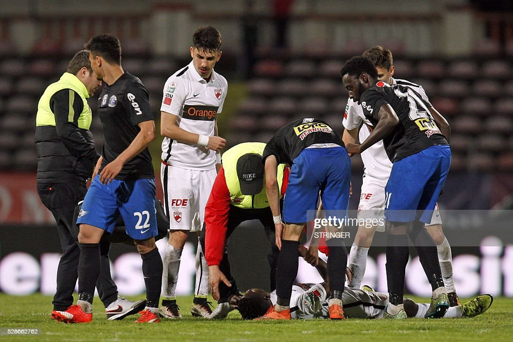 Cameroonian international Patrick Ekeng lies on pitch after he collapsed during the football match between Dinamo Bucharest and Viitorul Constanta in Bucharest May 6, 2016. / AFP / STRINGER