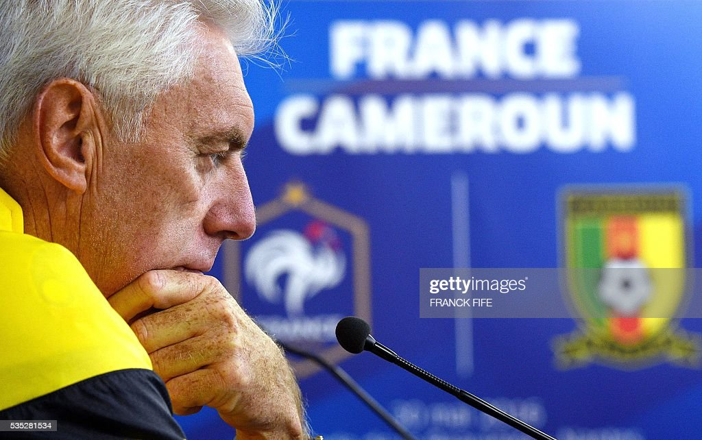 Cameroon's Belgian head coach Hugo Broos gives a press conference at the Beaujoire Stadium in Nantes, western France, on May 29, 2016, on the eve of the friendly football match against France. / AFP / FRANCK