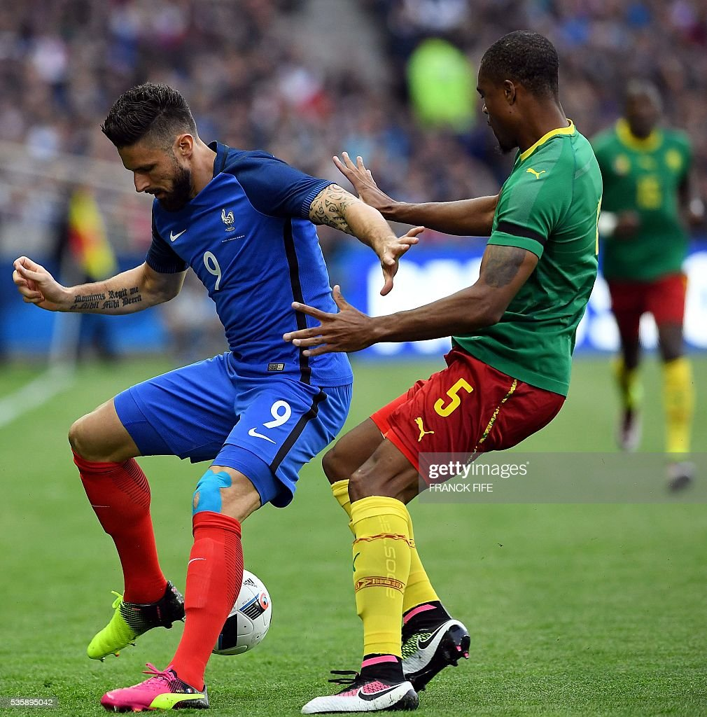 Cameroon's defender Adolphe Teikeu (R) vies with France's forward Olivier Giroud during the friendly football match between France and Cameroon, at the Beaujoire Stadium in Nantes, western France, on May 30, 2016. / AFP / FRANCK