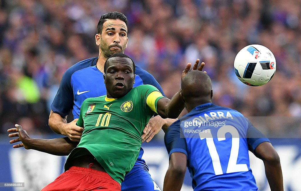 Cameroon's forward Vincent Aboubakar (C) vies with France's defender Adil Rami (L) next to France's midfielder Lassana Diarra during the friendly football match between France and Cameroon, at the Beaujoire Stadium in Nantes, western France, on May 30, 2016. / AFP / FRANCK