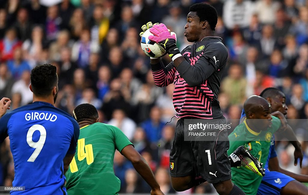 Cameroon's goalkeeper Fabrice Ondoa (C) catches the ball during the friendly football match between France and Cameroon, at the Beaujoire Stadium in Nantes, western France, on May 30, 2016. / AFP / FRANCK