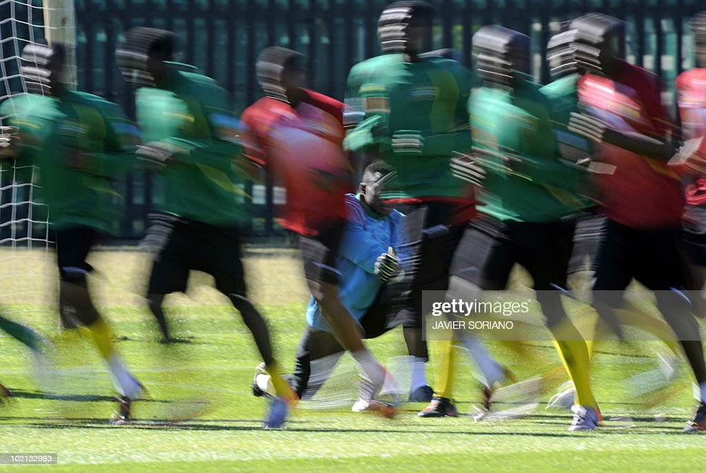 Cameroon's goalkeeper Idris Kameni (C-behind) looks at teammates taking part in a training session at Northlands School in Durban on June 16, 2010. Cameroon will place against Denmark in the second opening round Group E match on June 19 in the 2010 World Cup football tournament.