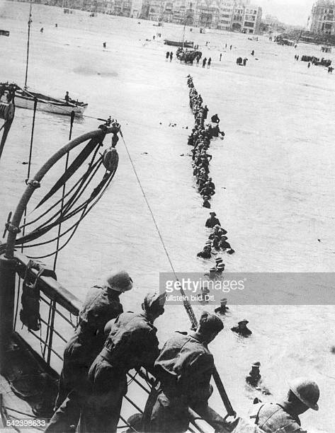 2WW Campaign in the west / battle of France 1005 Dunkirk evacúation of british BEF and french troops Soldiers wading to a ship