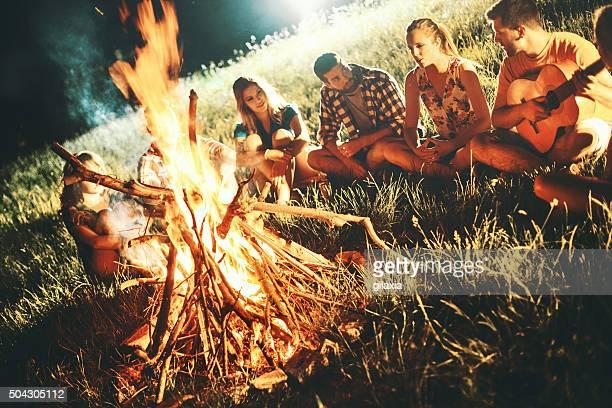 Camper sich neben dem Lagerfeuer.