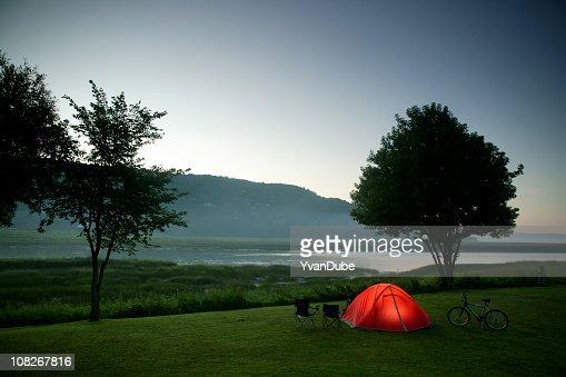 キャンプテント近くの川や山の夜 : ストックフォト
