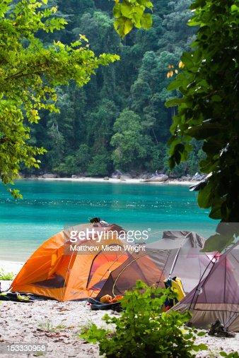 A campsite set up on the beach. : Foto de stock
